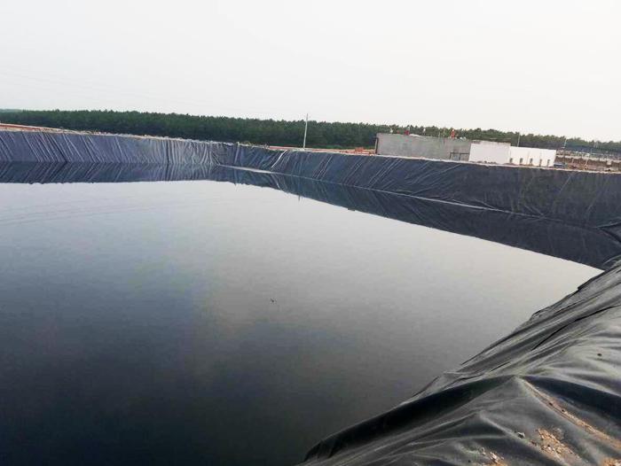 土工膜鱼塘施工回填土过程