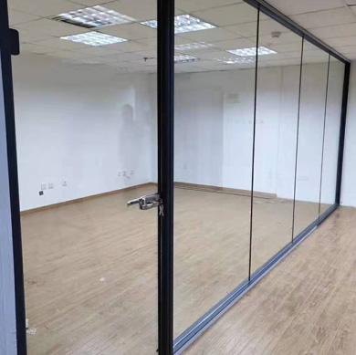 现代办公室玻璃隔断