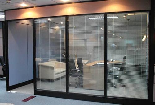 在对小型办公室玻璃隔断装修时…