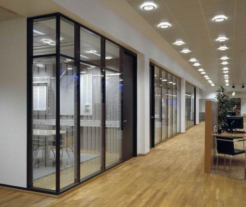 现代办公室玻璃隔断的设计风格…