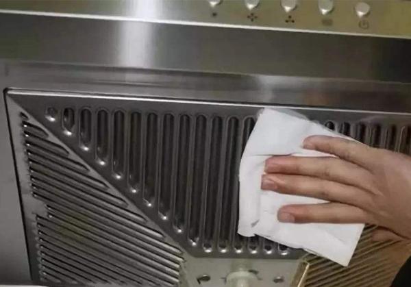 油烟机清洗保洁时,我们公司的保洁人员快速上门为你服务