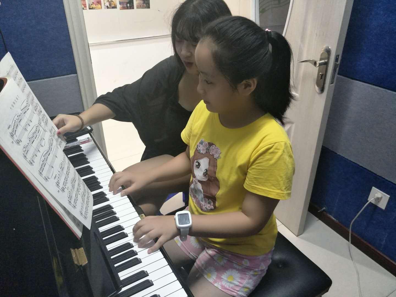学员进行吉安钢琴培训