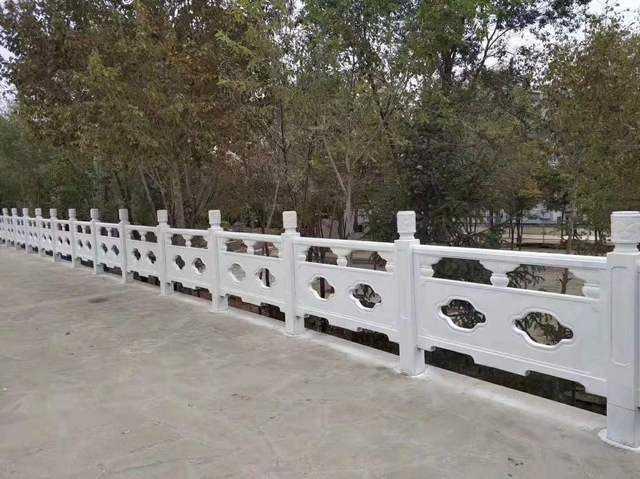 路边仿石护栏