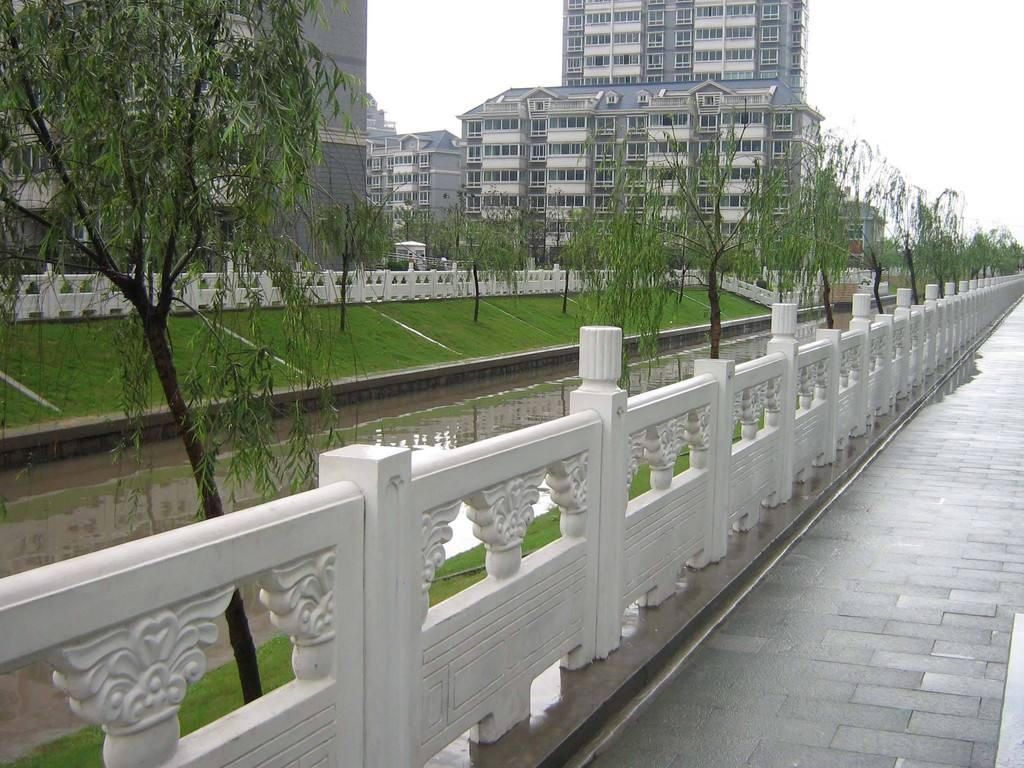 河边仿石护栏