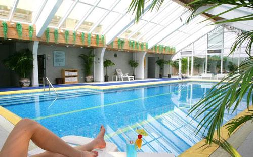室内游泳池即恒温泳池.恒温池温度不能太高,会引起不适