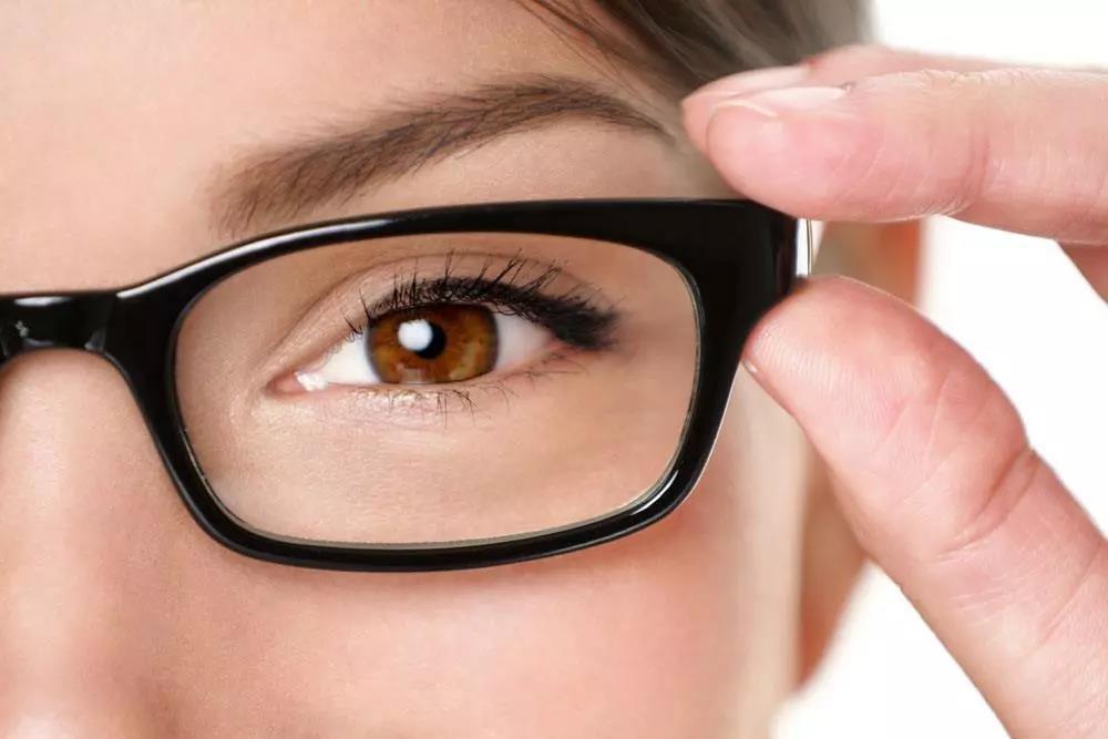 戴眼镜也有正确姿势,你知道几条?