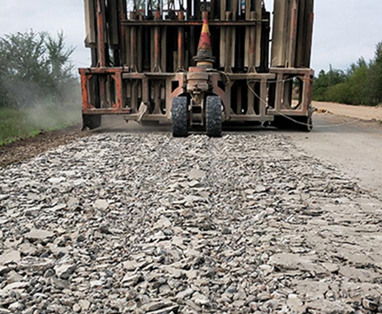 使用水泥路面破碎机破碎路面的过程详解。