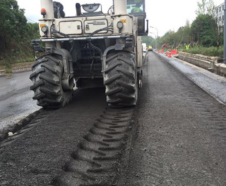 如何安全操作水泥路面破碎机工作。