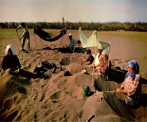 维吾尔大妈集体埋沙进行沙疗