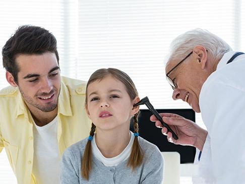 小孩该如何选配助听器