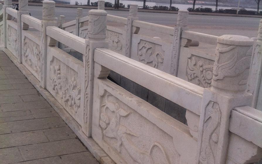 石雕栏杆不仅有装饰作用,而且还有很好的警示作用