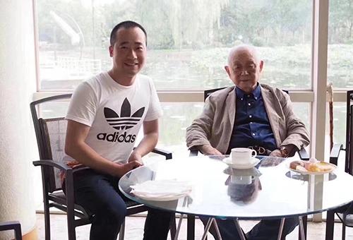 中国美术家协会原副主席黄永玉合影