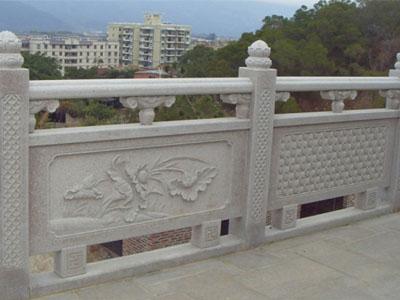 如何保护汉白玉石雕栏杆不受到损害呢?