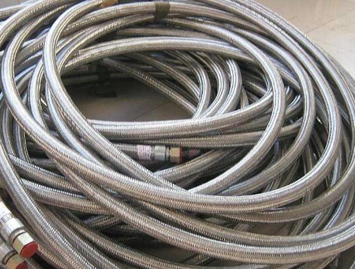 为什么不锈钢金属软管会现出网套鼓包现象?