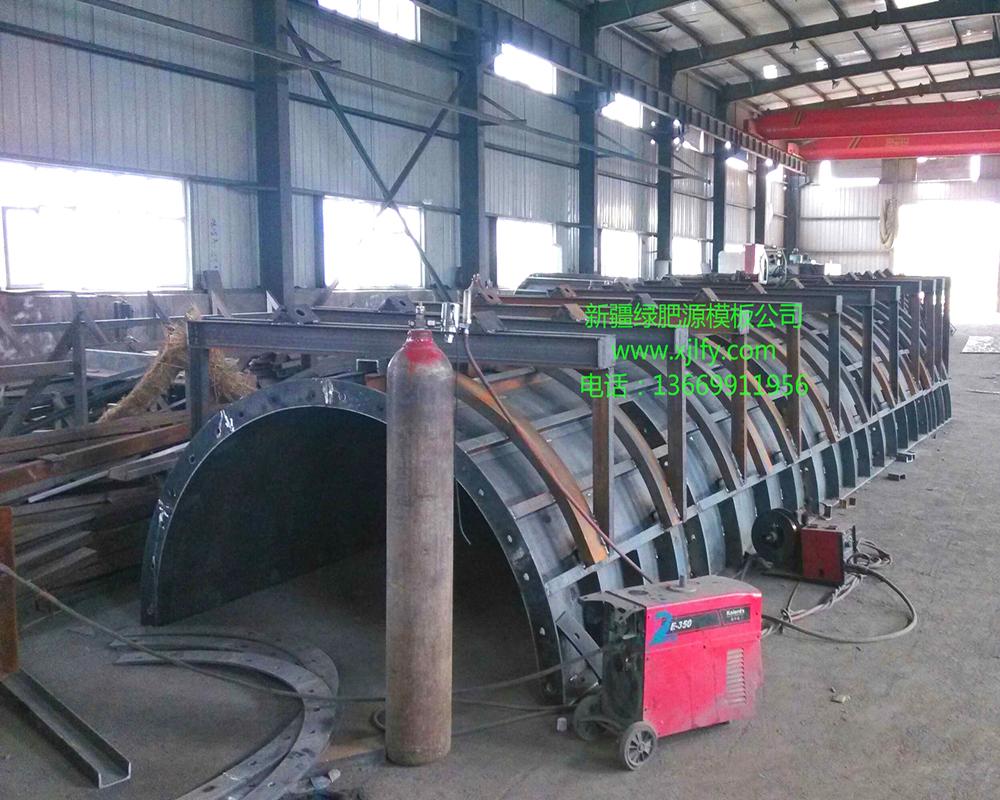 制作中铁路墩柱模板