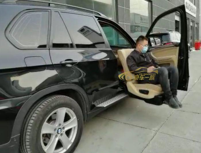 豪车一族改装宝马X5福祉座椅旋转升降座椅效果