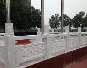 现在市面上的石栏杆不光有天然石材制成的,还有人工制成的