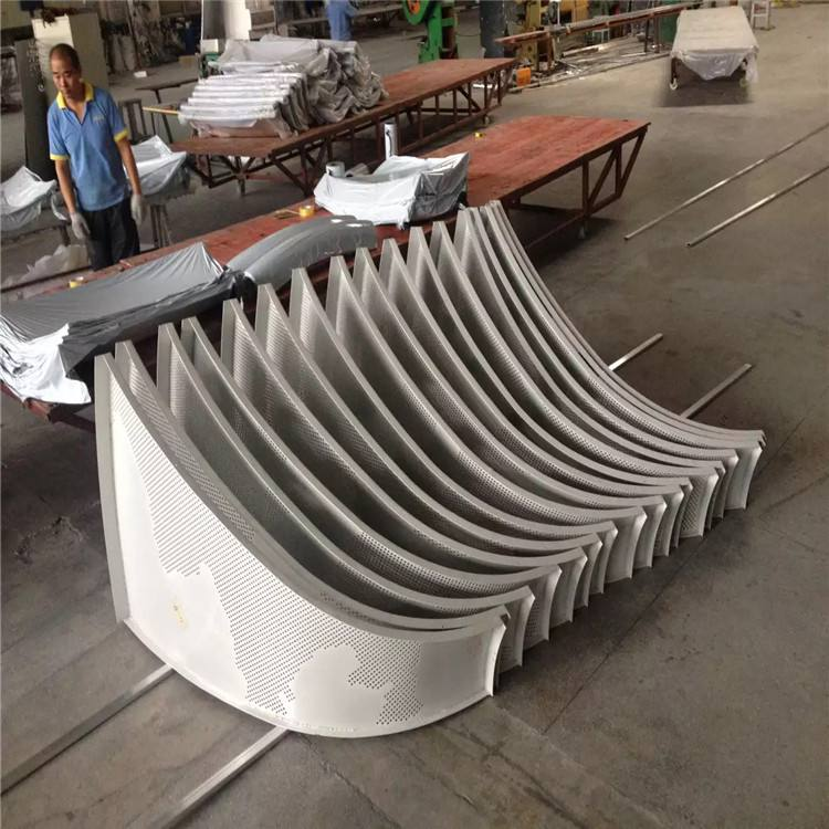廣東鋁單板廠家的單雙曲鋁單板有些區別