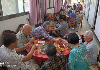 老人聚餐活动图片