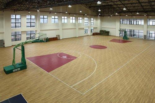 成都诺拉橡胶地板厂家分享塑胶地板卷材与片材的不同与优缺点