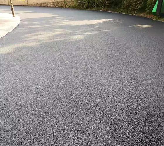 重庆沥青路施工的道路扩宽工程正在紧张施工当中