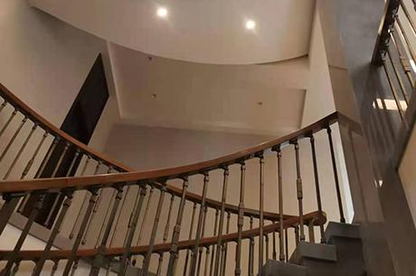 酒店实木楼梯安装案例