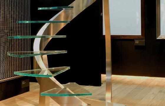 沈阳玻璃楼梯为您介绍有个性的玻璃楼梯