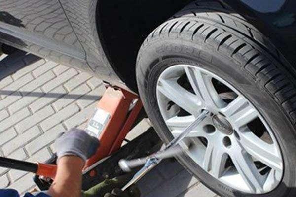 更换汽车轮胎