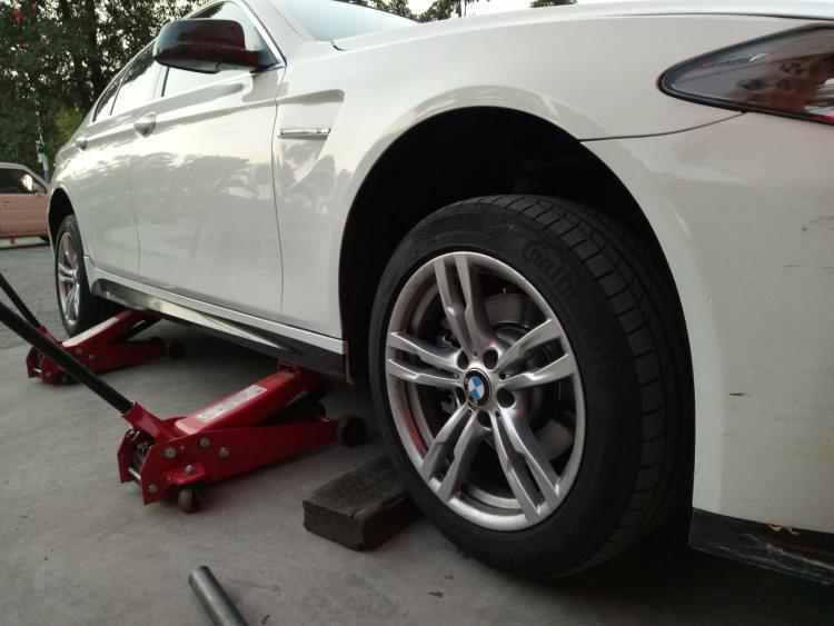 汽车更换轮胎