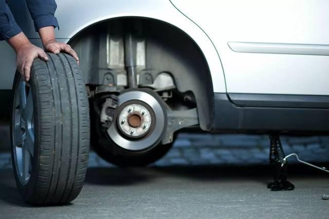 小车更换轮胎
