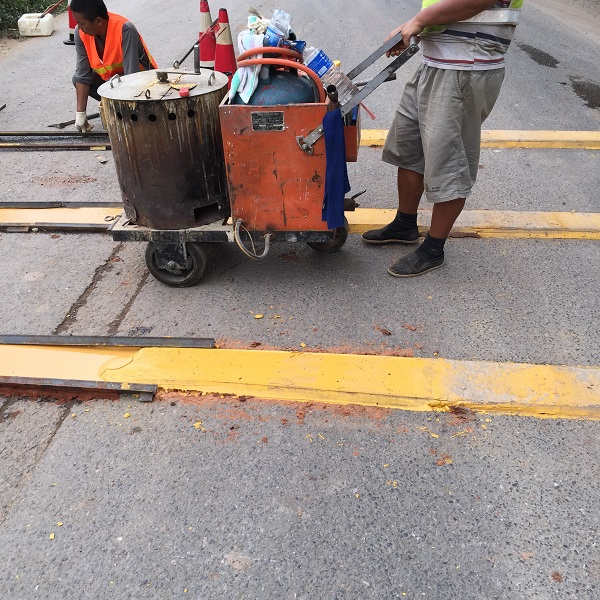 云南道路标线公司问你知道划线机施工的正确使用方法吗?