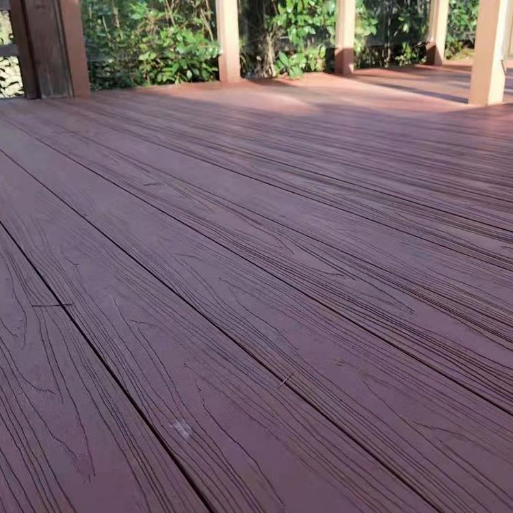 随着大家对生活品质的追求,新型的塑木复合地板越来越受到人们的青睐