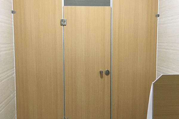 足球场厕所隔断