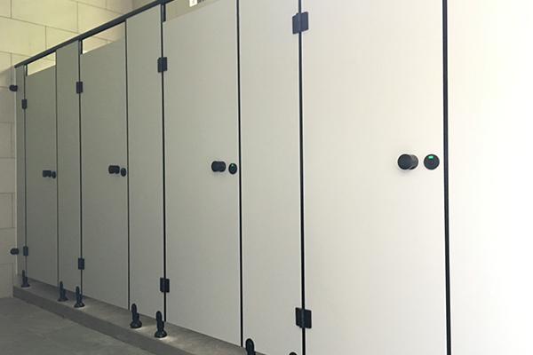足球场公共厕所隔断