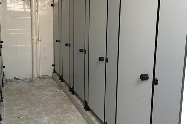 不锈钢板隔断厕所