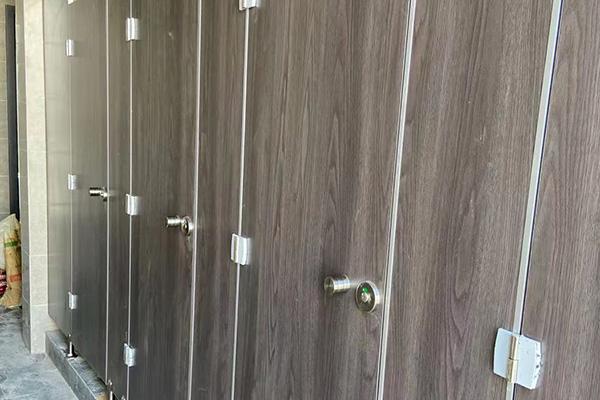 介绍一下卫生间隔断板材验收好坏的方法