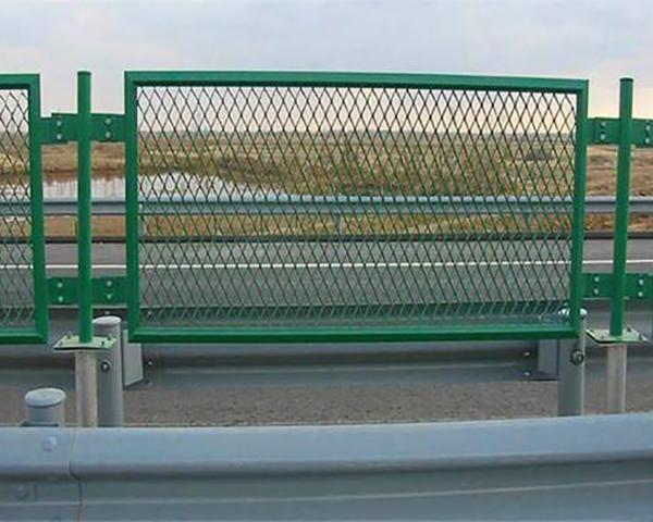 昆明到曲靖高速公路护栏网-防眩网安装实例