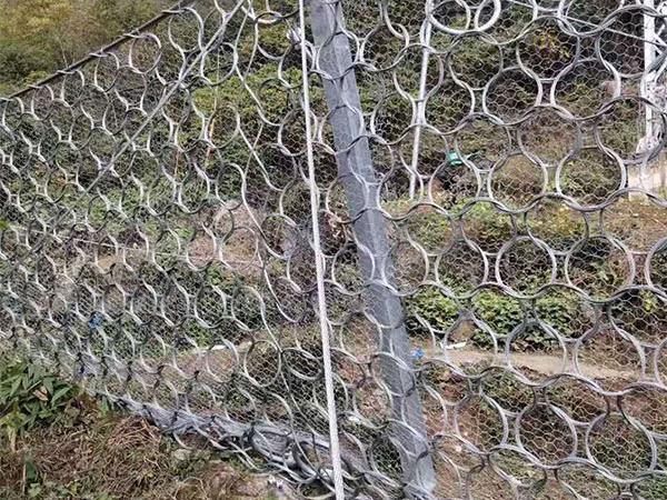 边坡主动防护网的结构提高了坡道的安全性!