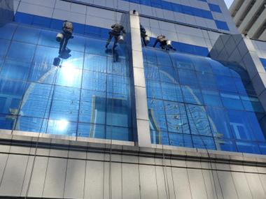 幕墙玻璃怎么清洗?