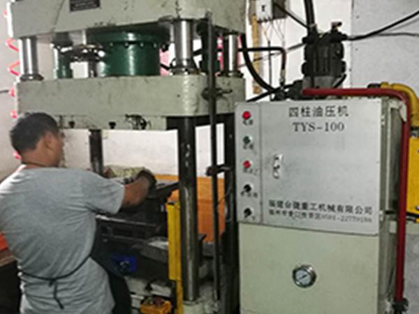 四柱三梁式油压机