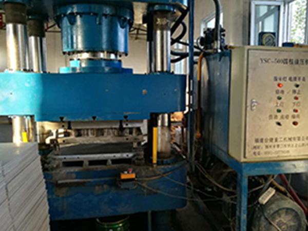 三梁四柱式液压机
