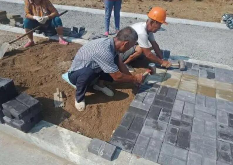 人行道路面透水砖铺设团队施工现场