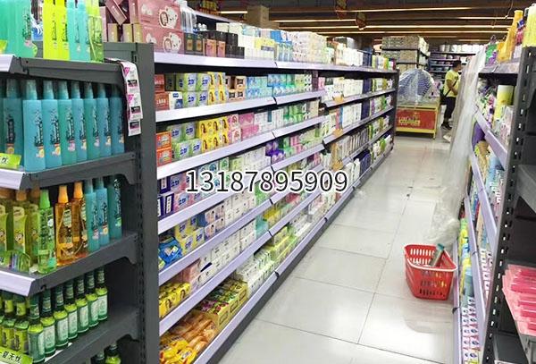 超市生活用品区货架