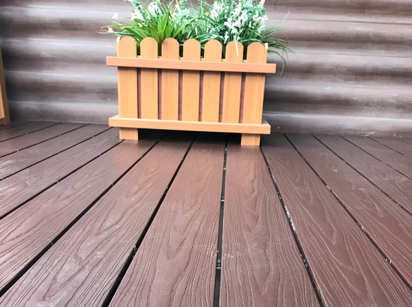 防腐塑木地板出现色差应该如何处理?厂家有办法!