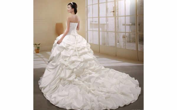 新娘长拖尾婚纱