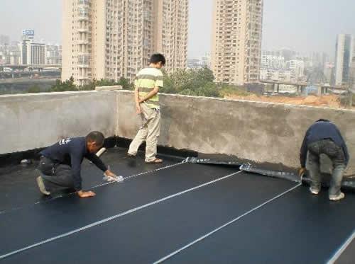 楼顶防水卷材施工现场