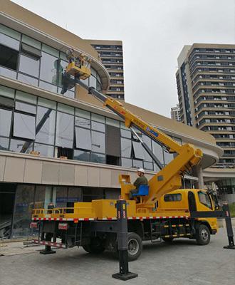 22米高空作业车在清洁商务大楼玻璃墙面
