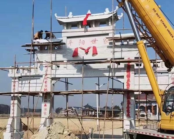 江西上饶三门五楼花岗岩牌坊正在安装