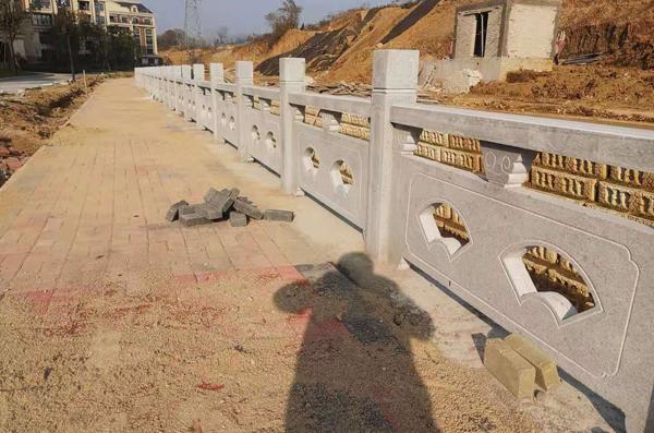 广西石雕栏杆安装,施工中!