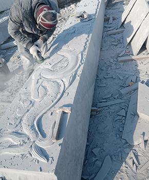 石雕柱子雕刻现场